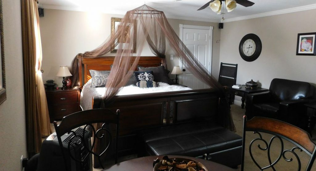 Young's Lodge - Master King Honeymoon Suite